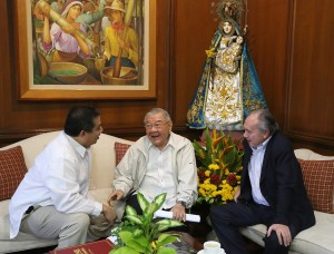 "House Speaker Feliciano Belmonte Jr. (center) with House Independent Minority Bloc leader and Leyte (1st Dist) Rep. Ferdinand Martin ""FM"" Romualdez (left) and Manila Overseas Press Club President Jose Manuel ""Babes"" Romualdez (right) exchanges views on National Budget issues during a courtesy call by Babes Romualdez to Speaker Belmonte at the House of Representatives.photo by Ver Noveno"