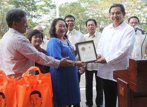 "House Independent Minority Block leader and Leyte (1st Dist) Rep. Ferdinand Martin ""FM"" G. Romualdez (2nd right) hand over a plaque of recognition to House of Representatives Secretary General Marilyn Barua-Yap (3rd left) for helping victims of super typhoon Yolanda in Tacloban City and other parts of Leyte.Looking on are Abakada Party List Rep.Jonathan Dela Cruz (left) and members of the Legal Affairs Department.photo by Ver Noveno"