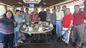 "MEDIA GOLF CUP ------   Leyte (1st Dsit) Rep.Ferdinand Martin ""FM"" Romualdez (center) celebrates with Buhay Party List Rep.Lito Atienza (7th left),Abakada Party List Rep. Jonathan De La Cruz (6th left) and Wack Wack Golf and Country Club Chairman Benjamin Abalos (6th right) following the succesful Plaridel Golf Cup held yesterday at Wack Wack Golf and Country Club in Mandaluyong City,also in photo are media golf players led by Manila Standard Editor In Chief Rolly Estabillo (4th right) photo by Ver Noveno"