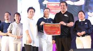 "BAYANI NG YOLANDA ----   Leyte (1st Dist) Rep.Ferdinand Martin ""FM"" G. Romualdez (2nd right) hand over a certificate of recognition to Tzu Chi Foundation Commissioner Volunteer Sis.Judy Lao (4th left) for spending more than P2 Billion pesos to help typhoon Yolanda (Haiyan) victims in Tacloban City and other parts of Leyte and Samar province, during the Handumanan 2014 Peoples Choice Awards and Concert held at Quezon City Memorial Cirlce.Looking are Ang Nurse Party List Rep.Leah Paquiz (3rd left) and Tzu Chi volunteers .photo by Ver Noveno"