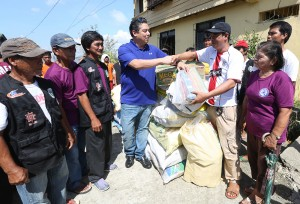 "ROMUALDEZ AIDS RUBY VICTIMS ---- Leyte (1st Dist) Rep Ferdinand Martin ""FM"" Romualdez (4th left)  turns over 10 sacks of rice can goods,noodles,300 mats and slippers to Barangay Chairman Reydel Buena of Bgy.San Isidro , Babatngon Leyte.Bgy San isidro is in coastal area hardly hit by typhoon Ruby recently.photo by Ver Noveno"