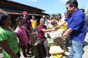 "ROMUALDEZ AIDS RUBY VICTIMS ----- Leyte (1st Dist) Rep Ferdinand Martin ""FM"" Romualdez (right) turns over 10 sacks of rice can goods,noodles,300 mats and slippers to Barangay Chairman Eugenio Cadao of Bgy.Malibago , Babatngon Leyte.Bgy Malibago is in coastal area hardly hit by typhoon Ruby recently.photo by Ver Noveno"