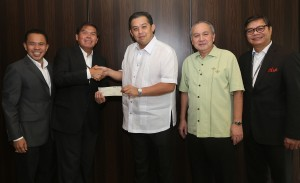 "Sycip Golez Velayo (SVG) Chairman and Managing Partner Cirilo ""Vic"" Noel (2nd left) hand over a P500 K check to House Independent Minority Bloc leader and Leyte (1st Dist) Rep.Ferdinand Martin ""FM"" G.Romualdez (3rd right) to help for the rehabilitation program of typhoon Yolanda stricken Tacloban City.Looking on are from left SGV Head of Natural Resource Development,Manila Oversea's Press Club President Jose Manuel ""Babes"" Romualdez and SGV Vice-Chairman and Deputy Managing Partner J.Carlitos Cruz.photo by Ver Noveno"