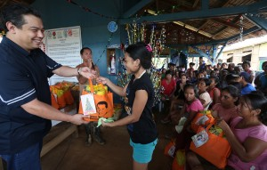"ROMUALDEZ GIVES CHRISTMAS HOPE,CHEERS TO YOLANDA VICTIMS ----------- Leyte (1st Dist) Rep.Ferdinand Martin ""FM"" G. Romualdez (left) in partnership with SM Save More Department Store distributes  grocery bags to more than 500 families living at the Transitional Shelter Site 3, Barangay 101 New Kawayan Tacloban City.With the gift giving,Rep.Romualdez wishes to  spread Christmas  hope and cheer to vicitms of typhoons Yolanda and Ruby.photo by Ver Noveno"