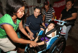 "ROMUALDEZ GIVES POLIO VICTIM WHEELS TOWARDS BRIGHTER FUTURE ------  Leyte (1st Dist) Rep.Ferdinand Martin ""FM""  G.Romualdez (2nd left) helps two-year-old polio victim Baby Boy Montezon into a wheelchair which the solon donated in partnership with Children's International Inc.Assisting Romualdez is the toddler's mother Elvira Montezon.The Leyte Congressman personally turned over the wheelchair and bag of Christmas gift to the Montezons at their home in Bgy 97,Cabalawan,Tacloban City.photo by Ver Noveno"