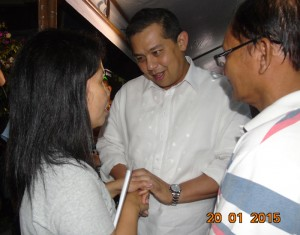 "Leyte (1st Dist) Rep.Ferdinand Martin ""FM"" Romualdez (center) condoles with Catholic Relief Service Head Melani Calceta (left) and Paulino Padasas (right) father of Kristel Mae Padasas who died last Saturday after the Holy Mass celebration of Pope Francis in Tacloban City.Cong Romualdez also gave financial assistance to the family of Padasas.photo by Rose Marie Santiago."